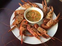 Crevette bouillie sur la table en bois avec de la sauce à fruits de mer images stock