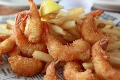 Crevette cuite à la friteuse avec des pommes chips Image libre de droits