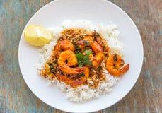 Crevette cuite au-dessus de l'image de riz prise d'en haut Photographie stock