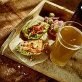 Crevette délicieuse et casse-croûte veggetable de tapas avec de la bière Image libre de droits