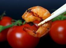 Crevette de crevette rose de tigre de roi par la tomate rouge Photo stock