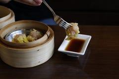 Crevette de Dim Sum de plan rapproché avec de la sauce ontable, foyer sélectif, foo image stock