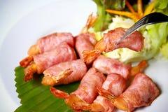 Crevette enveloppée par lard. Photographie stock libre de droits