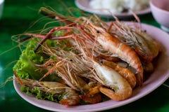 Crevette et brûlure grillées sur le slad vert , fruits de mer Photo libre de droits