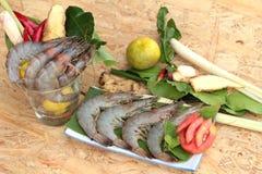Crevette et citron, piment, nard indien, feuilles de chaux de kaffir pour la soupe épicée photos libres de droits