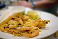 Crevette et crevettes roses profondes d'ami dans un restaurant Photos libres de droits