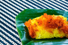 Crevette et noix de coco rouges de lambeau sur le riz collant jaune Style thaïlandais s Image libre de droits