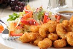 Crevette et salade de maïs éclaté Photographie stock libre de droits