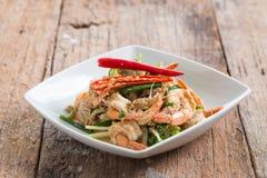 Crevette faite sauter à feu vif avec le curry dans le plat blanc sur le bois brun photos libres de droits