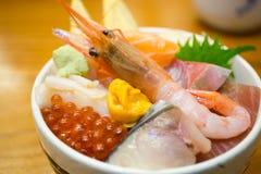 Crevette fraîche et divers genres de bol de riz de poisson cru de sashimi Images stock