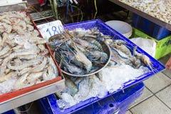 Crevette fraîche sur la glace sur le marché Photos stock