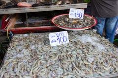 Crevette fraîche sur la glace sur le marché Photo stock