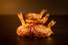 Crevette frite avec de la sauce dans un ambiant foncé photos libres de droits