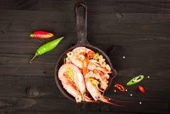Crevette frite sur un fond en bois photographie stock libre de droits