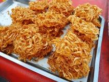 Crevette frite vendue sur le marché en plein air de marche Foo traditionnel thaïlandais Image libre de droits