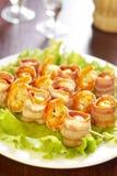 Crevette-gril avec des tomates-cerises en lard Image stock
