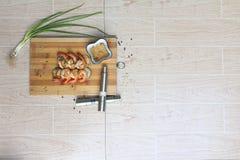 Crevette grillée avec la vue supérieure de sauce au vinaigre photos stock
