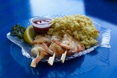 Crevette grillée saine délicieuse sur les brochettes en bois avec le pilaf de riz Images stock