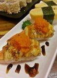 Crevette japonaise délicieuse de sushi de nourriture avec la crevette d'oeufs du plat et de la sauce blancs Image libre de droits