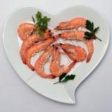 Crevette ou crevette rose rose dans le plat en forme de coeur Photographie stock libre de droits
