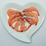 Crevette ou crevette rose rose dans le plat en forme de coeur Photo libre de droits