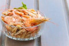 Crevette rôtie avec le service de sel sur le fond en bois Photos libres de droits