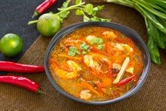 Crevette rose aigre et épicée de potage [kung thaï de Tomyum] images libres de droits
