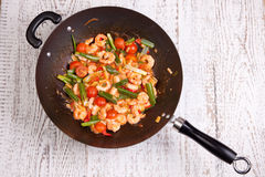Crevette rose dans le wok Image stock