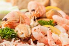 Crevette rose et moule de plateau de fruits de mer Images stock