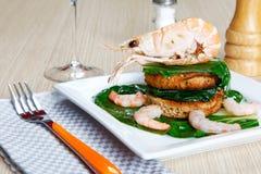 Crevette sur un pain grillé avec des légumes Photographie stock