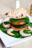 Crevette sur un pain grillé avec des légumes Photo stock