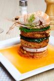 Crevette sur un pain grillé avec des légumes Photo libre de droits