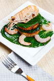 Crevette sur un pain grillé avec des légumes Images stock