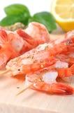 Crevettes à bord d'isolement sur le CCB blanc Photo stock