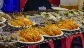 Crevettes à vendre au marché en plein air images stock
