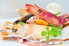 Crevettes avec de la salade de fruits de mer Photographie stock libre de droits