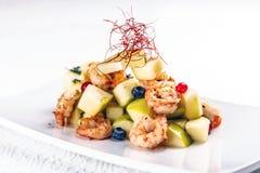 Crevettes avec de la salade de poire Photographie stock libre de droits