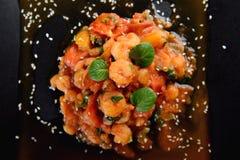 Crevettes avec la tomate et le basilic du plat noir Images libres de droits