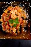 Crevettes avec la tomate et le basilic du plat noir Photos libres de droits