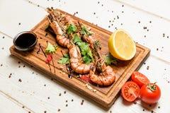 Crevettes avec le citron et la sauce Images stock