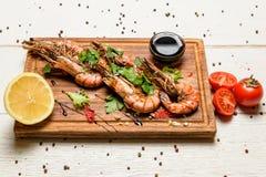 Crevettes avec le citron et la sauce Photographie stock libre de droits