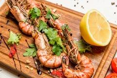 Crevettes avec le citron et la sauce Photo stock