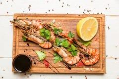 Crevettes avec le citron et la sauce Photographie stock