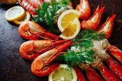 Crevettes avec le citron sur un fond de chair de crabe Photographie stock libre de droits