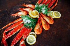 Crevettes avec le citron sur un fond de chair de crabe Photographie stock