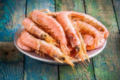 Crevettes crues fraîches dans une cuvette Photos libres de droits