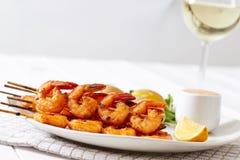 Crevettes d'un plat blanc avec des pommes de terre Photographie stock libre de droits