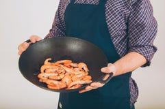 Crevettes dans la casserole de friture Photo stock