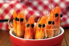 Crevettes dans un ramekin en plan rapproché image stock