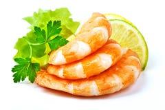 Crevettes de tigre avec la tranche de citron Les crevettes roses avec le citron découpent en tranches d'isolement sur un fond bla Photo libre de droits
